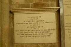eine-der-vielen-grabplatten-im-hauptschiff-der-kathedrale
